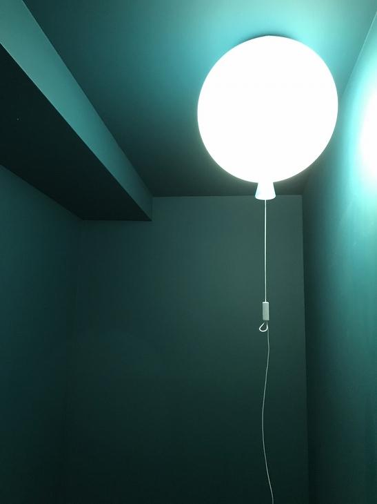 トイレに置かれた風船オブジェ