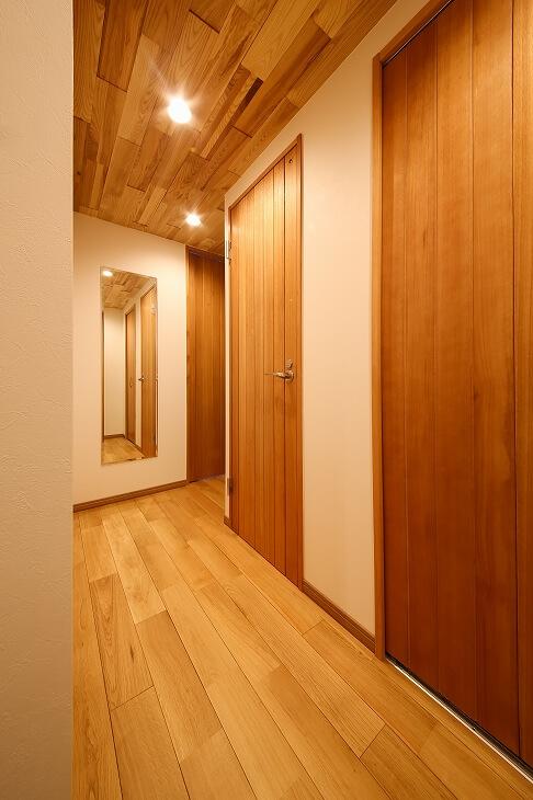 床や天井に無垢材を配した廊下