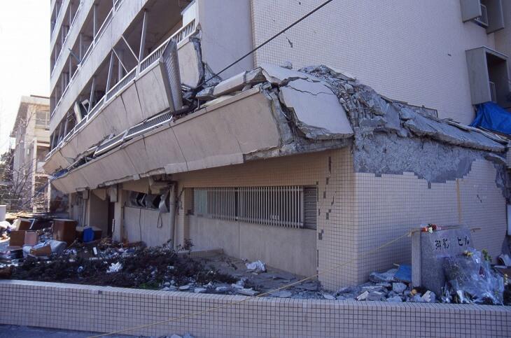 地震で倒壊したマンション