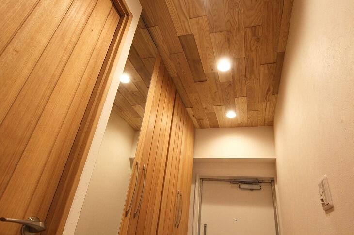 天井にも無垢材を取り入れた廊下