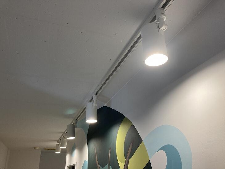 壁際に設置した直付ダクトレール