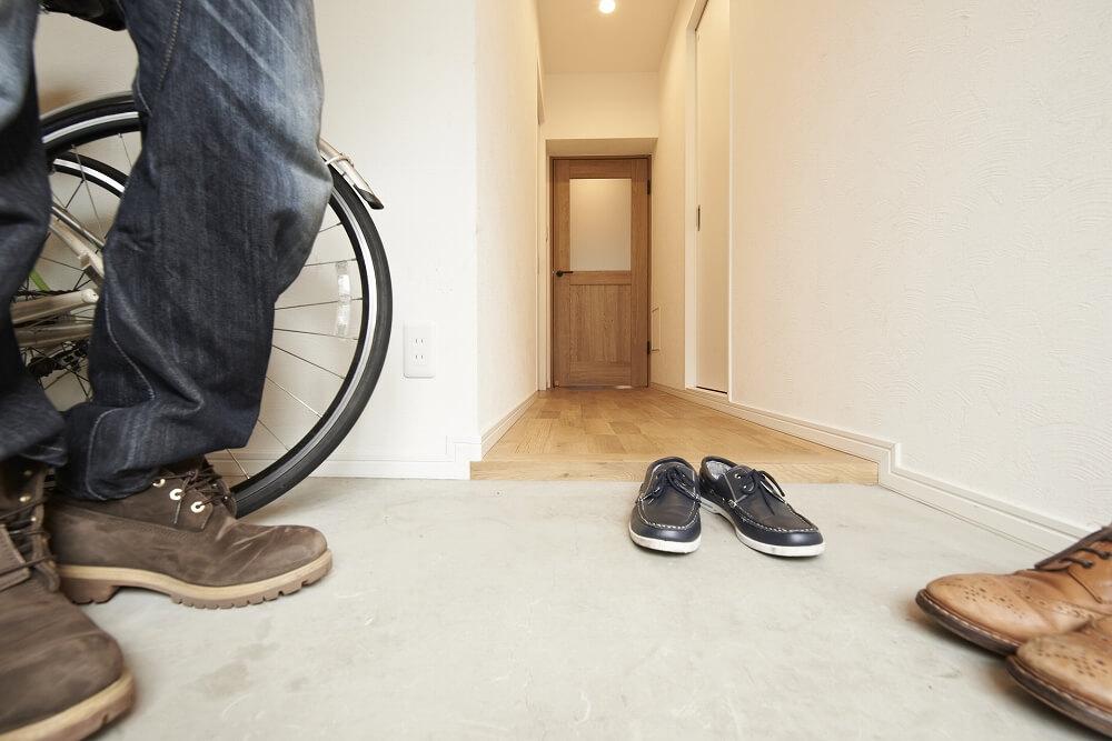 土間のある家にリフォーム。玄関をおしゃれで機能的な空間にするには?費用や注意点を解説