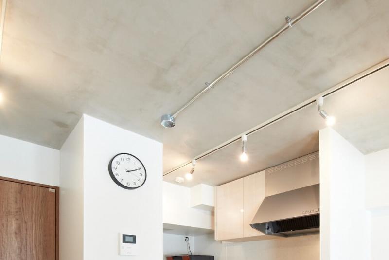 コンクリート現しでも仕上げの塗装をすることによって、質感を残しつつ綺麗な天井に