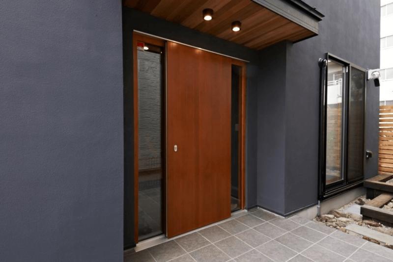 玄関ドアのリフォーム費用は?補助金はもらえる?引き戸と開き戸の特徴をそれぞれ解説