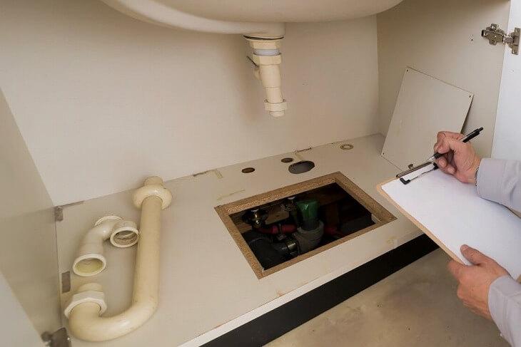 排水管のつまりやニオイが気になる場合など、トラブルが発生したらすぐに検査を受けて修理をしよう