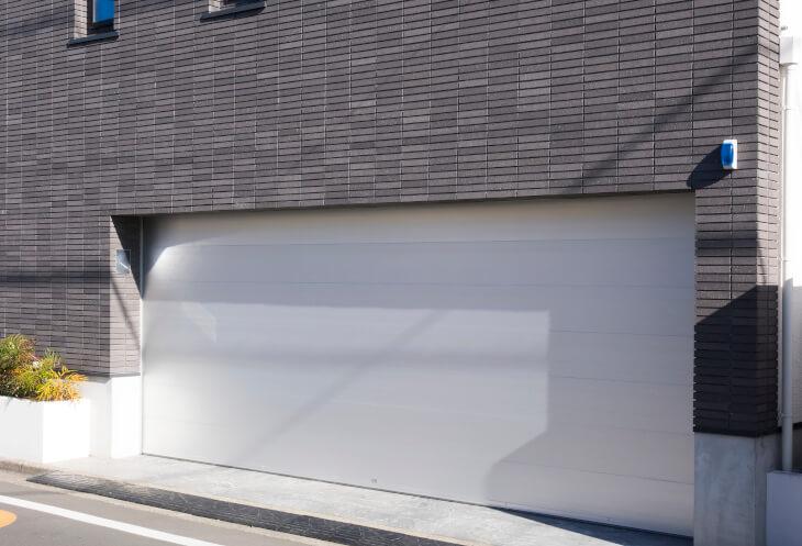 ビルトインガレージの設置以外にも、車庫内に取り付ける照明や換気扇などのコストも念頭に置こう