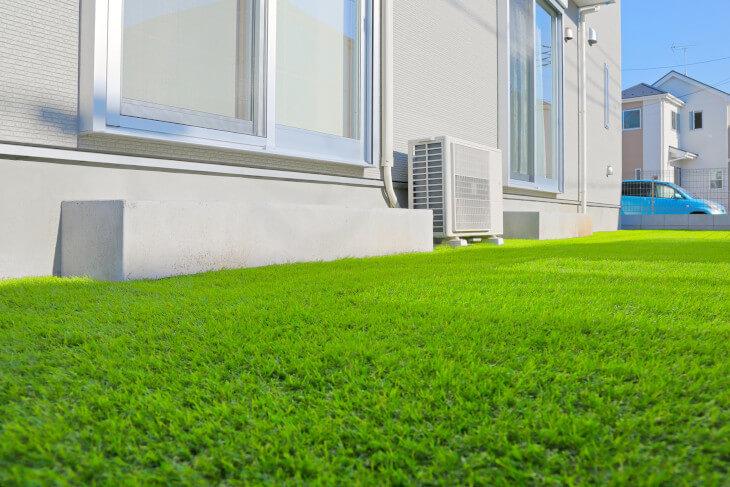 メンテナンス不要の人工芝は水はけも良く、雨が降った次の日に庭に出ても汚れにくい