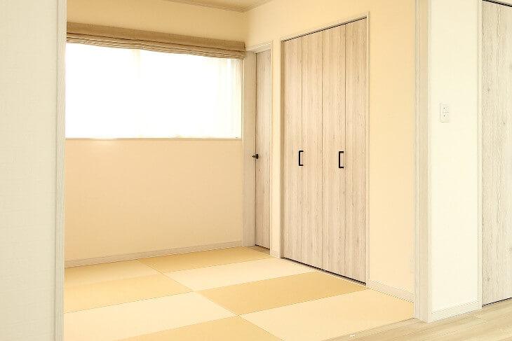 ふすまをクローゼット仕様にすることでモダンな和室に。使い勝手もアップ