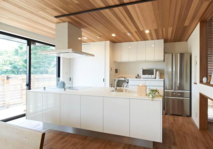 床も天井も木を用いることによって温かみのあるキッチンに。無垢材の調湿機能で快適なキッチンを実現