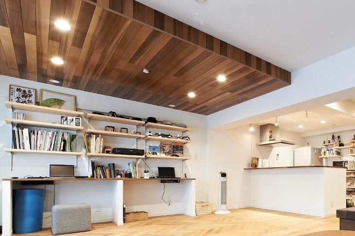 天井を異なる素材の組み合わせでゾーニング。床とは異なる色合いの木が部屋のアクセントに