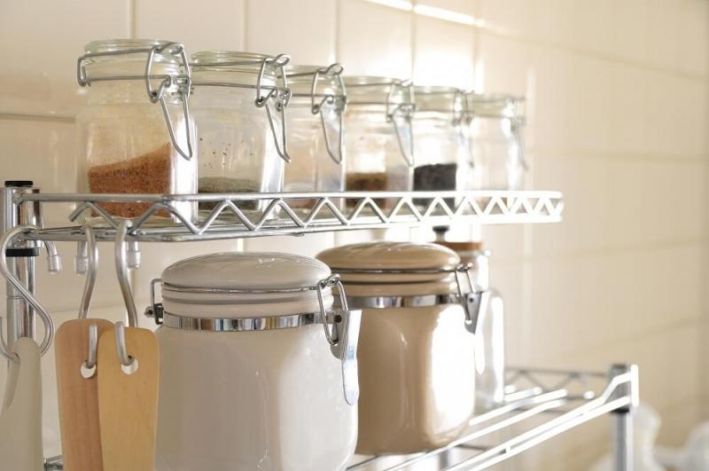 散らかりがちな「キッチン調味料」をオシャレに収納するアイデア。 場所別に紹介