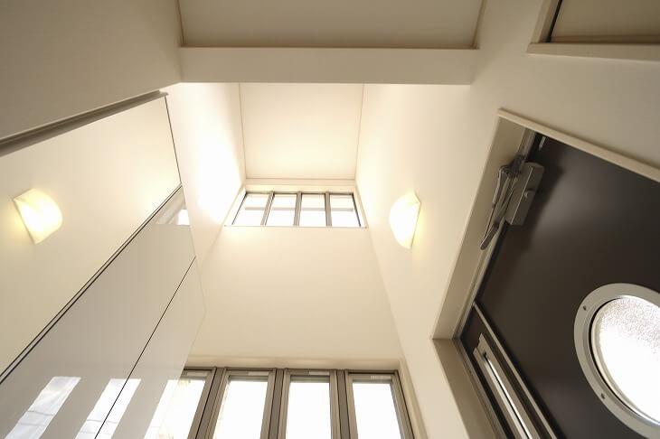 明るく開放感のある吹き抜け。玄関の日当たりを良くするためにリフォームや増築時にあとからつくるケースも珍しくはない