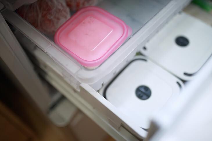 冷凍食品などでかさばりがちな冷凍室。「見やすく・バラバラにならないように」がスッキリ収納のコツ