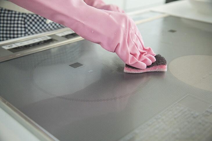 フラットな構造でお手入れも簡単。掃除のストレスを軽減できる点はIHクッキングヒーターの人気の秘訣ともいえる