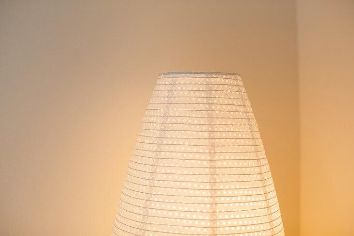 和モダンの照明は「低い位置」がコツ。メイン照明プラス、スタンドで和紙などを通した優しい灯りで空間を演出しても◎