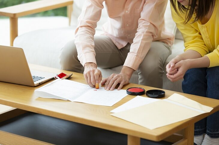 離婚成立前に名義変更すると贈与税が課税されるため、成立後に名義変更の手続きを
