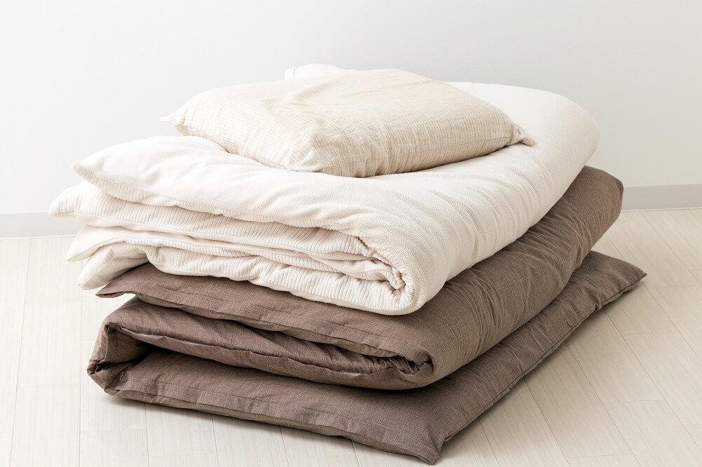 【布団の収納アイデア】クローゼットや押入れの収納方法。「見せる収納方法」も紹介