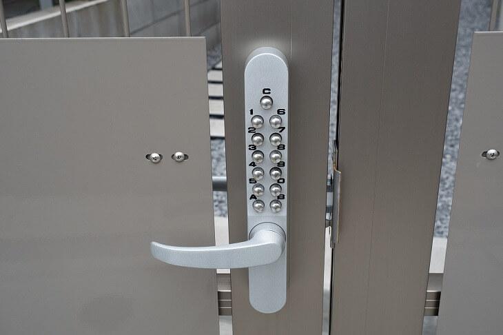 セキュリティ面でも大きな効果を持つ門扉に取り付ける鍵は、複数ある種類から操作性や利便性などを考慮して選ぶことが大事