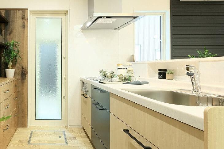 キッチンを選ぶ際に重要なのは横幅のサイズだけではない。キッチンカウンター(ワークトップ)の高さを考えるのもポイント