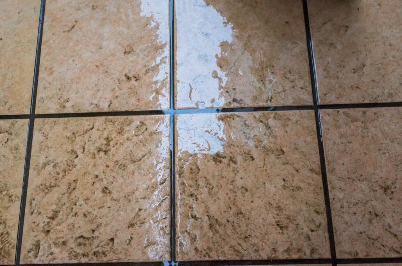 玄関ポーチに一般的に使われる素材「タイル」。デザインや形状も様々あり、水に濡れても滑りにくい種類も