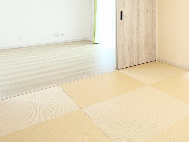 和モダンリビングには、縁のないシンプルな正方形の琉球畳が相性抜群。カラーを組み合わせてデザインを楽しんで