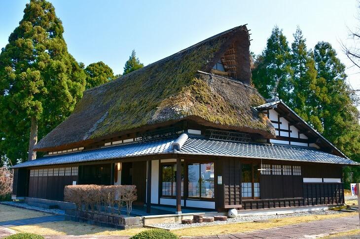古民家は昨今の住宅より高い技術を要する伝統工法を用いられている。また、この構造だからこそ耐震性に優れているのも特徴である