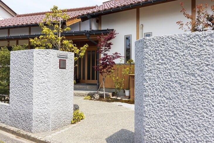 和風の家に合わせた玄関アプローチで、より趣のある雰囲気に。客人をもてなす役割だけでなく防犯性もアップ