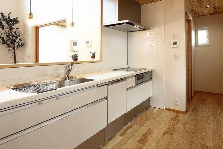 I型キッチンは大まかに分けると壁付けと対面式のタイプがある。それぞれ適しているシーンや特徴があるため、キッチン選びの参考にしてもらいたい