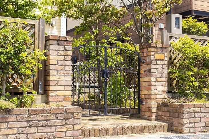 素材や色など豊富なデザインが選択できる門扉。住まいの雰囲気にも大きく影響するので住宅の外壁やフェンスと合わせたコーディネートが必要