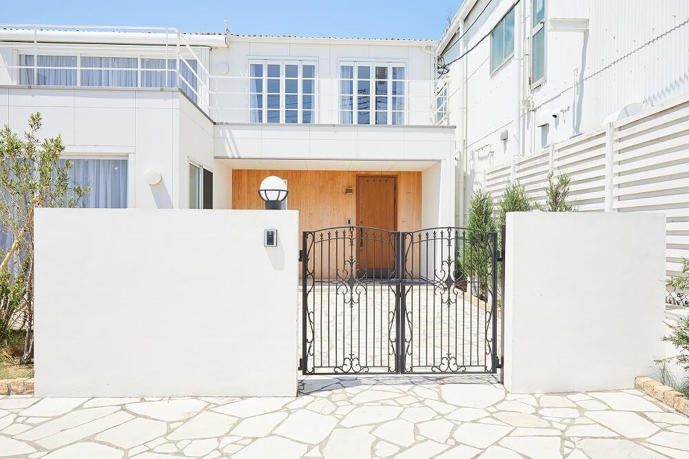 玄関の顔「門扉(もんぴ)」とは?素材やタイプ、選び方を解説