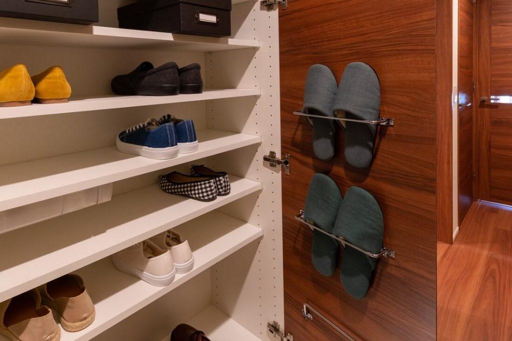 スリッパ収納を100均、DIYで簡単に。玄関先からおしゃれに見せる、おすすめ収納方法を紹介