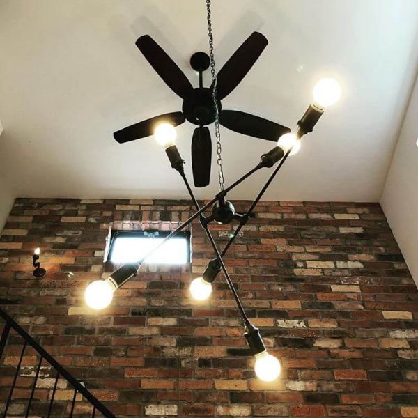 高めの天井にはシーリングファンを付けるとカフェ感がアップ