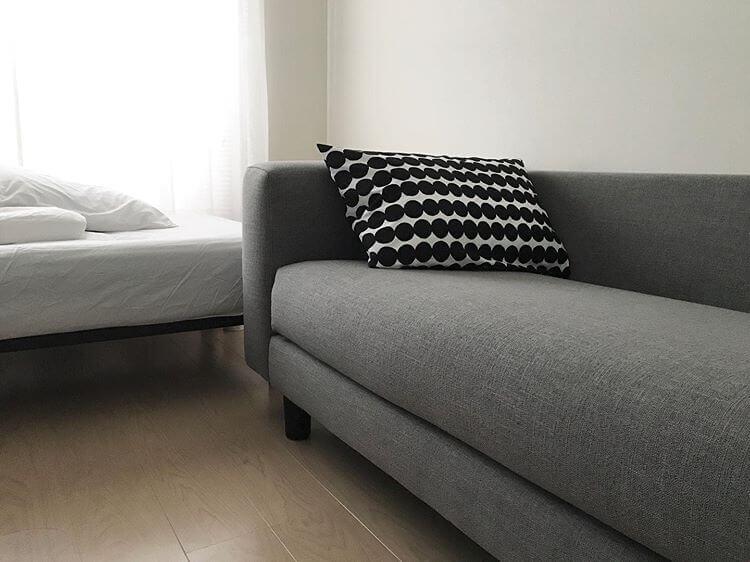 家具をモノトーンで統一、シンプルなワンルーム