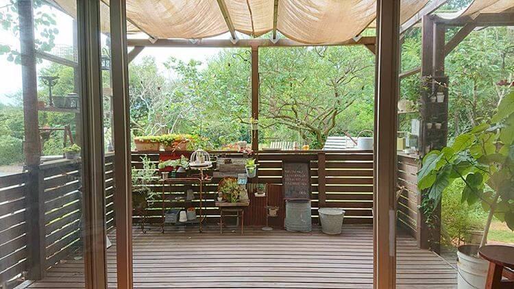 パーゴラに屋根やウッドデッキフェンスを設置すれば、アウトドアリビングとして楽しむことができます。屋根は木材やガラスで作っても、シェードで簡易的にしても構いません。組み合わせると屋根やフェンスのあるテラスになり、家の庭にアウトドアを楽しめる場所ができます。 バーベキューなどを行う場所としても、子どもの遊び場としても使用可能です。床や屋根のあるパーゴラだと、雨風の影響を受けにくく、天気が少し悪いような日でも気兼ねなく使えます。シェードの屋根にすると、日差しや雨の状態によって、シェードを張るか、または外すかして使えるので便利です。