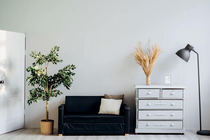 バランス良く白と黒を組み合わせて、適度にグリーンを配置することでよりリラックスできる空間に