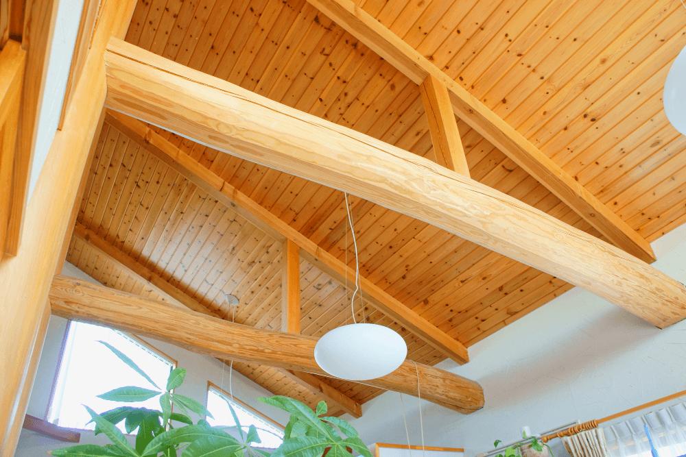 勾配天井のメリット・デメリットは?照明器具やおしゃれな実例を紹介