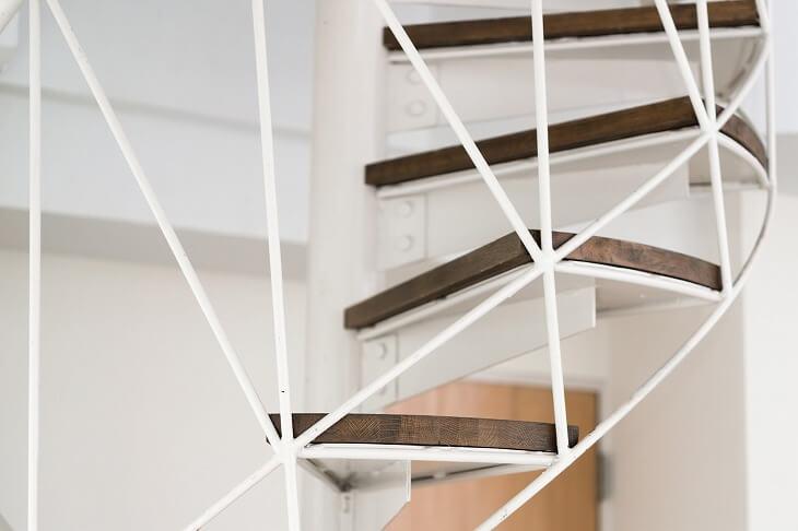 螺旋階段はキット販売が多く、設置場所やタイプによって異なるものの、費用をおさえた設置も可能