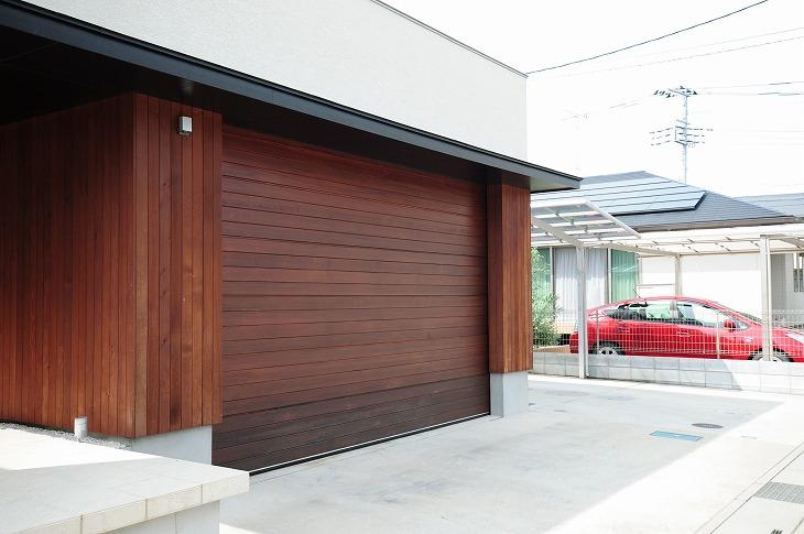 カーポートとは違い、シャッターや壁などで囲まれた車庫をガレージという