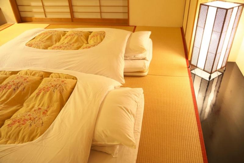 6畳以上なら、布団を2枚敷いても荷物を置くスペースが確保でき、狭さを感じにくい