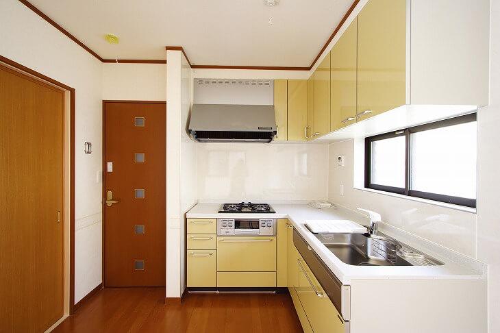 台所空間が小さい間取りだと、 L型は、I型より奥行きがいるので、通路との兼ね合いで冷蔵庫を上手く配置できないことも