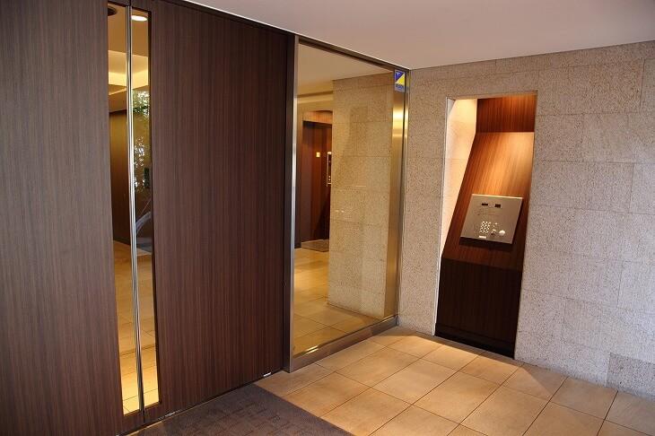セキュリティ性の高さは、 戸建てにはないマンションの魅力のひとつ。「オートロック」は、カードキーや指紋認証など進化し続けている
