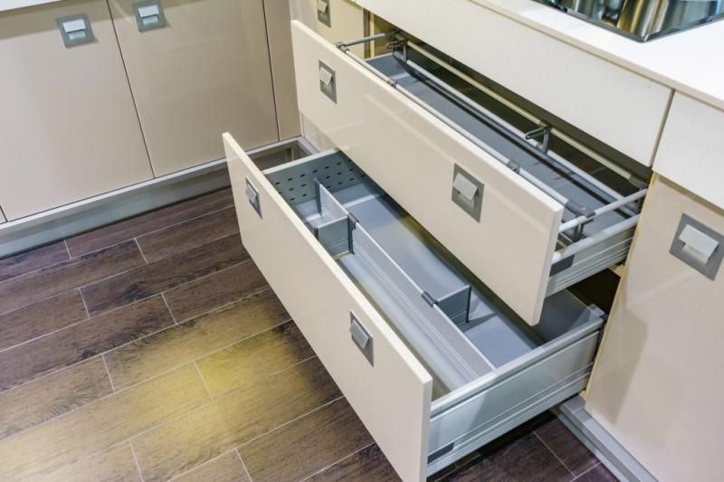シンク下の収納は、仕切りやグッズを使ったり、縦置きで隙間やスペースを活用すれば、隅々まで利用することができる
