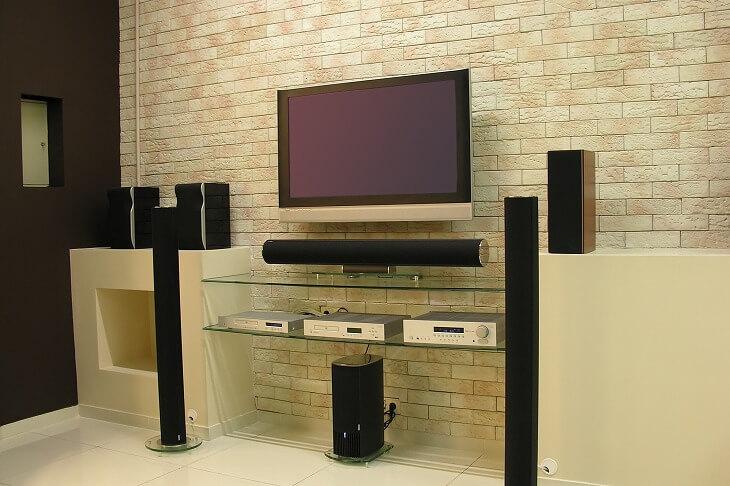 ホームシアターを構成する重要な要素は「映像」と「音」。より臨場感のある音を演出するために音響設備にもこだわりたいところ
