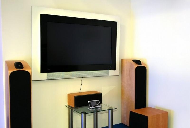 一人暮らしの狭い部屋でもホームシアターは作れる!? 機材の選び方や注意点を紹介