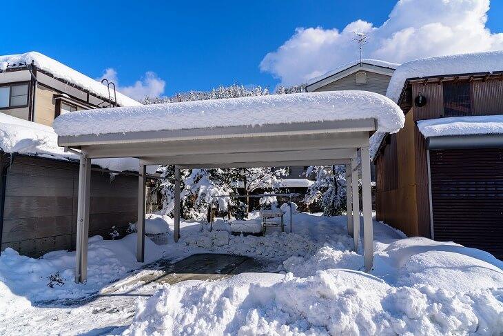 豪雪地帯では耐積雪強度にも注意して選ばなければ、カーポートが雪の重さに耐えられないことも