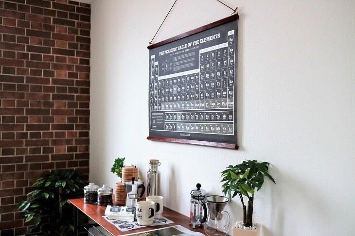 レンガの壁紙に観葉植物、ブラックスチールを使ったテーブルがバランス良く、しつこすぎないブルックリンスタイルに