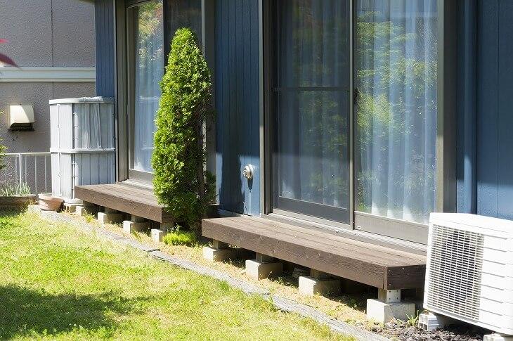 「濡れ縁」は、湿気に強い木材の使用・床の間に隙間を作るなど、設計の工夫が必要