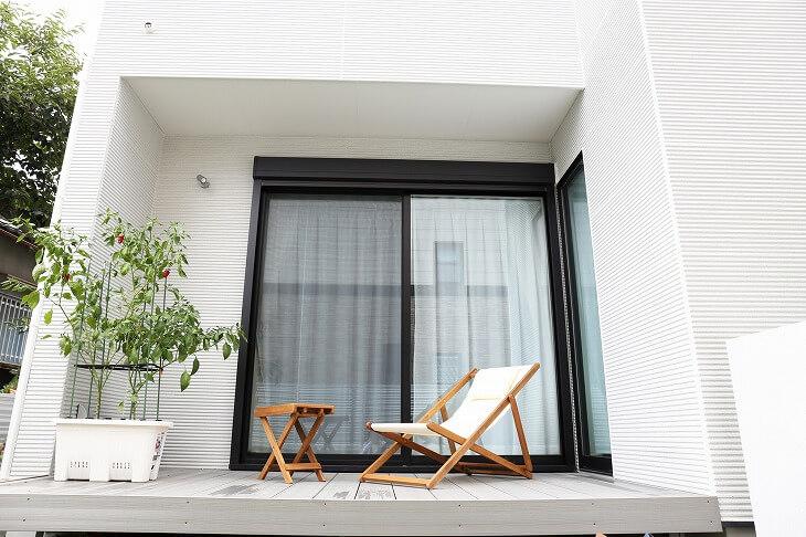 軒下に収まるサイズ感のウッドデッキは縁側代わりに。洗濯物干し、リラックスタイムにと、用途は様々