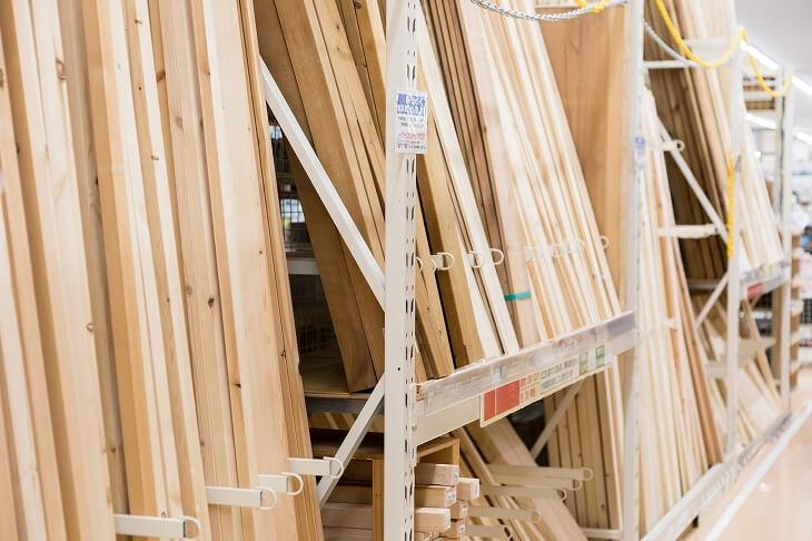ディアウォールや2×4材はホールセンターなどで手に入る。壁に穴をあけずに済むためDIYで重宝するアイテム