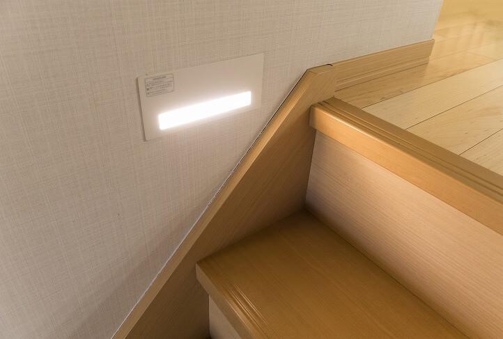 メインのブラケットライトに加えて、足元を照らすフットライトを。夜間の踊り場でもつまづき防止になる